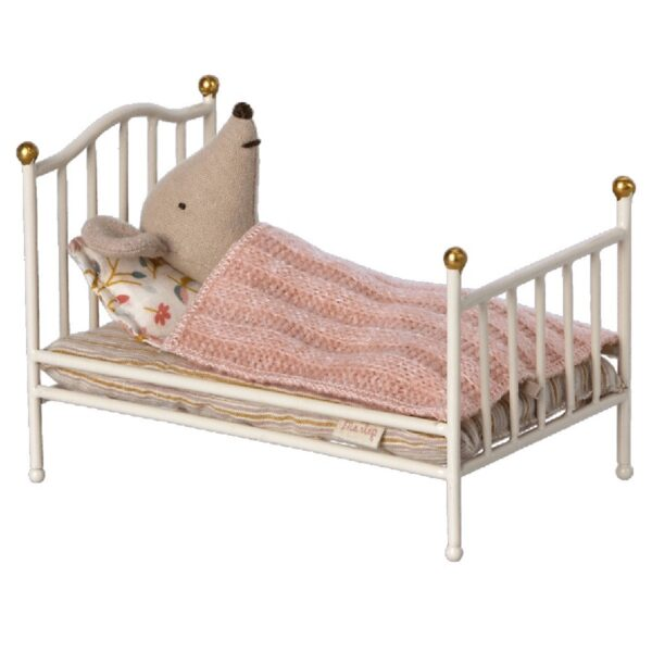 vintage bed mouse off white look